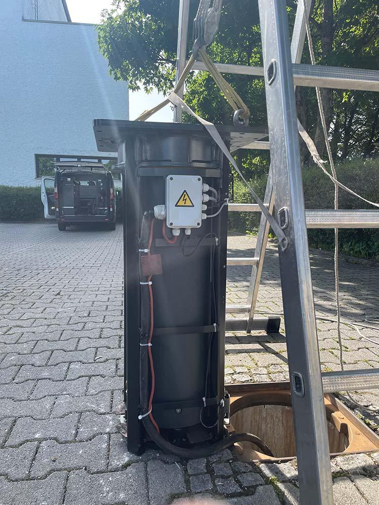 Vlachos El-Tech Mithilfe beim Poller Einbau